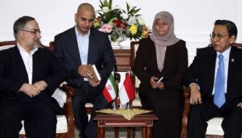 Wapres Boediono (kanan) menerima kunjungan kehormatan Wapres Republik Islam Iran Ebrahim Azizi (kiri) di Istana Wakil Presiden, Jakarta, (22/6). ANTARA