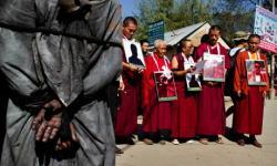 Sekmpulan biksu Tibet tengah melakukan aksi protes dan persiapan aksi bakar diri