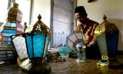 Enjah, salah seorang pengrajin Lampu Gentur (foto: Tatan Agus RST)