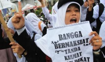 Sejumlah Muslimah Hizbut Tahrir Indonesia (HTI) berunjuk rasa menolak seks bebas di Bundaran Majestik, Medan, Sumut, Ahad (1/12)