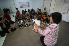 Bertempat di Mushola Al Mukhllashiin, Pendeta Magyolin tengah mengisahkan suatu cerita di hadapan anak-anak dari dua komunitas Muslim dan Kristen (foto:hendijo)