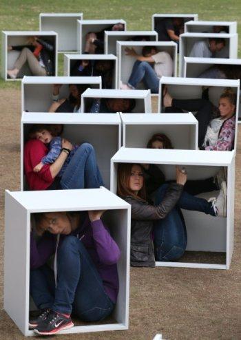 Aksi mengurung diri dalam kotak