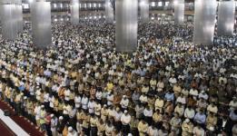 Muslim Indonesia shalat berjamaah di Masjid Istiqlal Jakarta