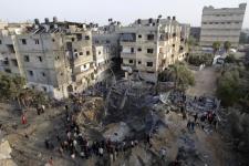 Rumah hancur di Khan Younis, Gaza selatan, dalam serangan udara Israel.