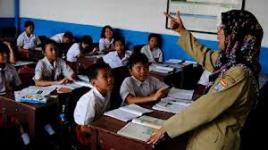 Guru SD mengajar.