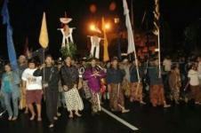 Upacara Topo Bisu, upacara keliling keraton Yogya, tanpa mengeluarkan suara.