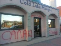 Grafiti penghinaan di tembok luar Mesjid Cold Lake.