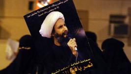 Rakyat Saudi membawa poster Syaikh Nimr