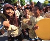 Pawai bedug di Lamongan, Jawa Timur.