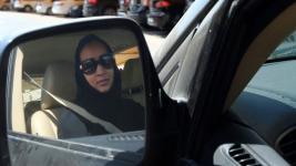Wanita Saudi mengemudi mobil.