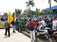 Buruh berdemo dengan motor di depan PT Yutaka