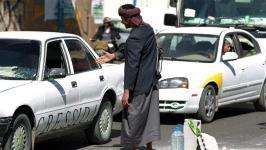 Pejuang Houtsi di di pos pemeriksaan dekat istana presiden di Sana'a.