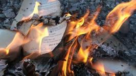 ISIS bakar buku.