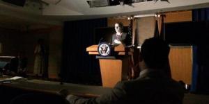 Konfrensi pers Gedung Putih tanpa cahaya listrik.
