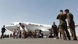 Pesawat Iran Mahan Air mendarat di bandara Sana'a, 1/4/15.