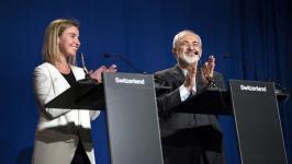 Mohammad Javad Zarif dan Federica Mogherini tepuk tangan lepas membaca pernyataan bersama.