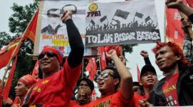 Demo buruh di depan Istana Negara.