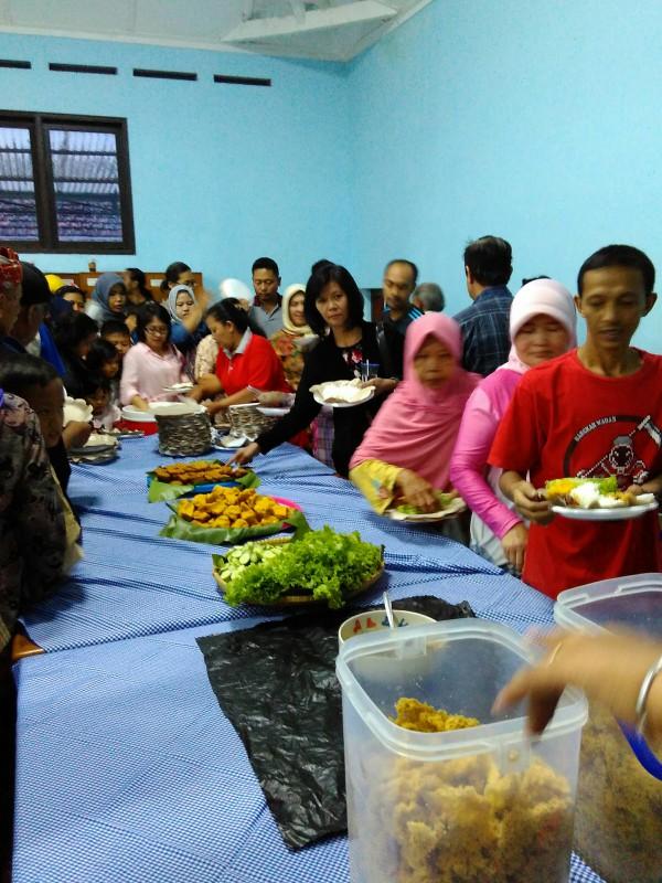 Warga makan bersama