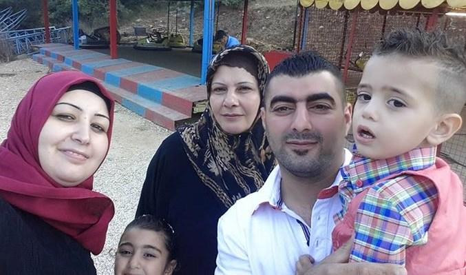 Adel di tengah-tengah keluarganya